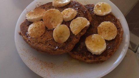 Απλές και νόστιμες τηγανίτες με βρώμη, μπανάνα και μέλι