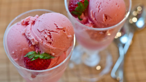 Δροσερό παγωτό γιαούρτι με φράουλα και μπανάνα